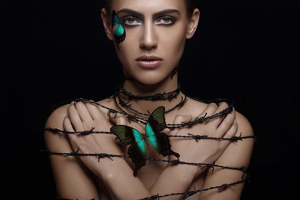 Marc Lamey, photographie de mode d'une femme entourée de barbelés avec un papillon