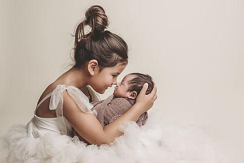 Newborn fotoshoot met grote zus of broer, Newbornfotograaf