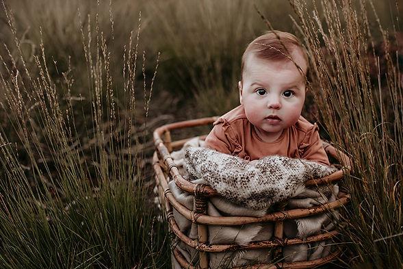 Babyshoot, buiten, babyfotograaf, heide, gras, baby, fotoshoot