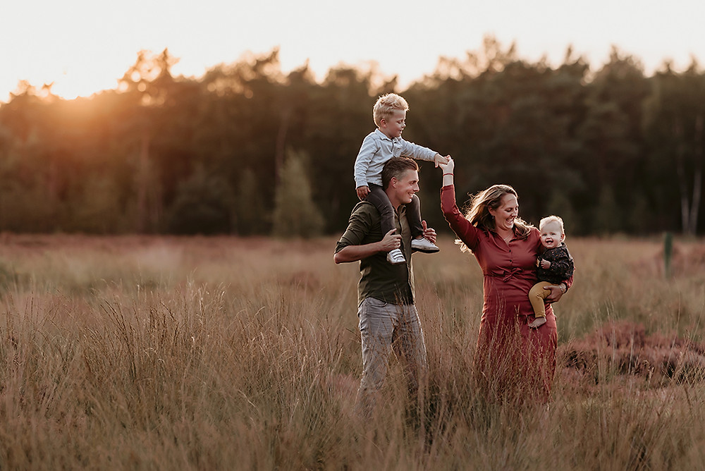 MOOI! Fotografie, buitenshoot, gezin, fotoshoot, gezinsshoot, heide, gezinsfotograaf, familieshoot, fotoshoot, fotosessie, RIjen, Oosterhout, Breda, TIlburg