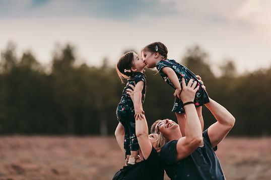 Buitenshoot, Heide, zonsondergang, goldenhour, bos, gezinsshoot, familieshoot, mooi fotografie, fotoshoot, gezinsfotograaf, fotograaf rijen, Oosterhout, Breda, Dongen, Brabant, buitenshoot