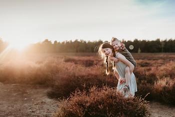 Gezinsfotograaf Waalwijk, Gezinsshoot Kaatsheuvel, Dongen, Oosterhout, Raamsdonksveer, Waspik, Newbornshoot, Golden hour, Zonsondergang, fotoshoot, heide, familieshoot