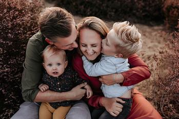 Gezinsfotograaf, gezinsfoto, fotoshoot gezin, buiten, heide, zonsondergang