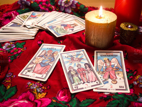 Oracle Cards vs Tarot Cards