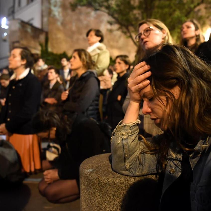 Les parisiens prient Notre-Dame
