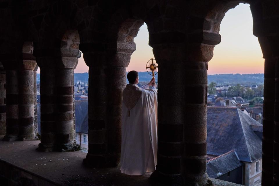 Abbé bénissant Redon depuis l'abbatiale Saint-Sauveur
