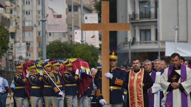 Funérailles de la reine Anne de Roumanie devant l'ancien palais royal de Bucarest