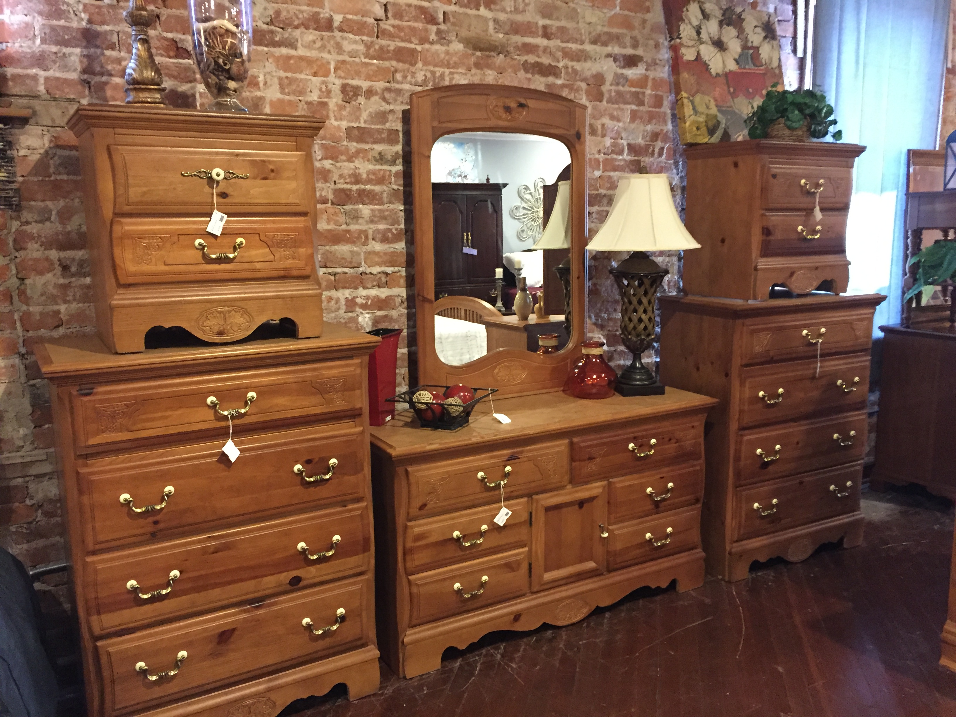 PINE FINISH DRESSER SET