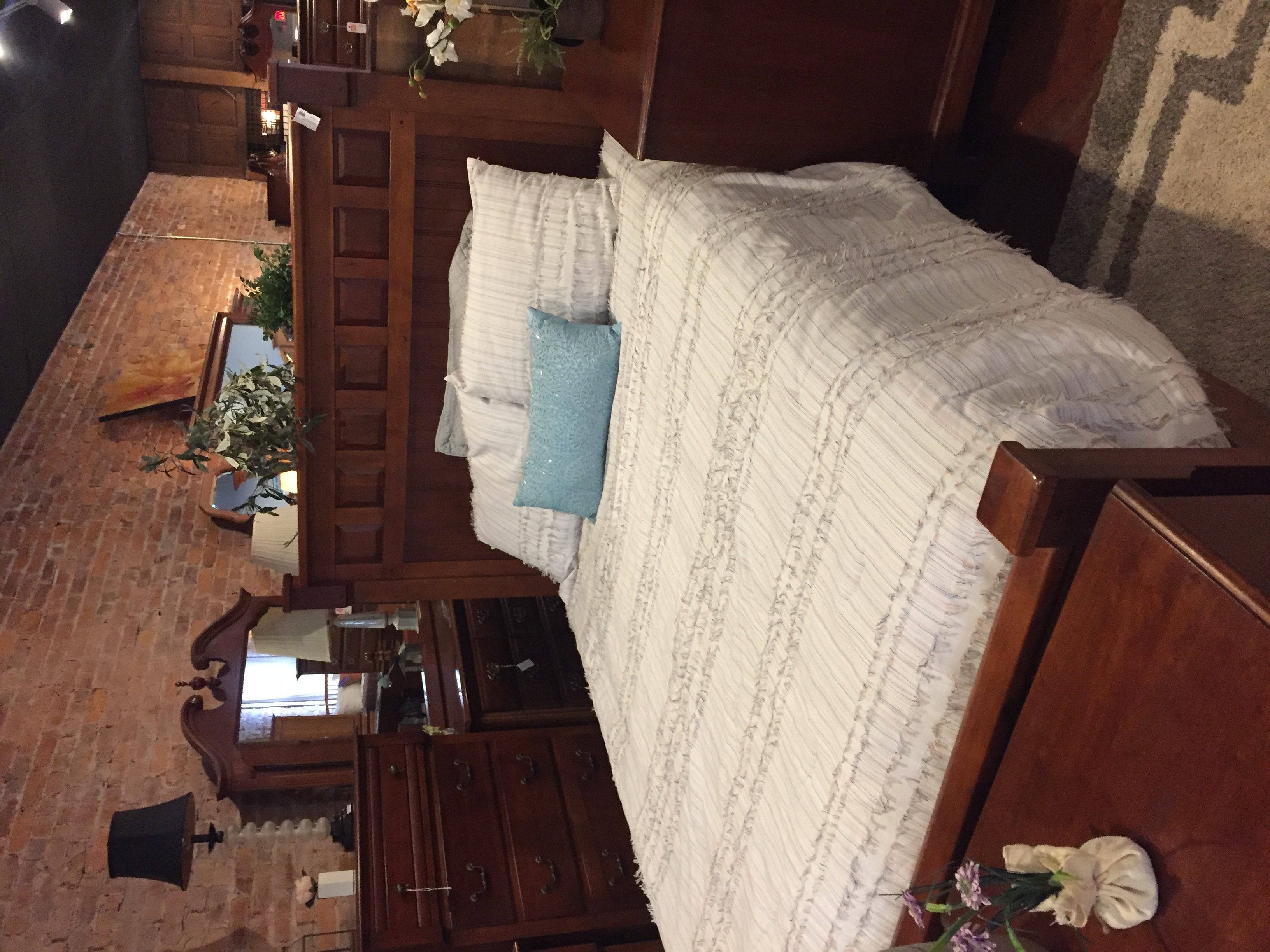 CHERRY FINISH QUEEN BED