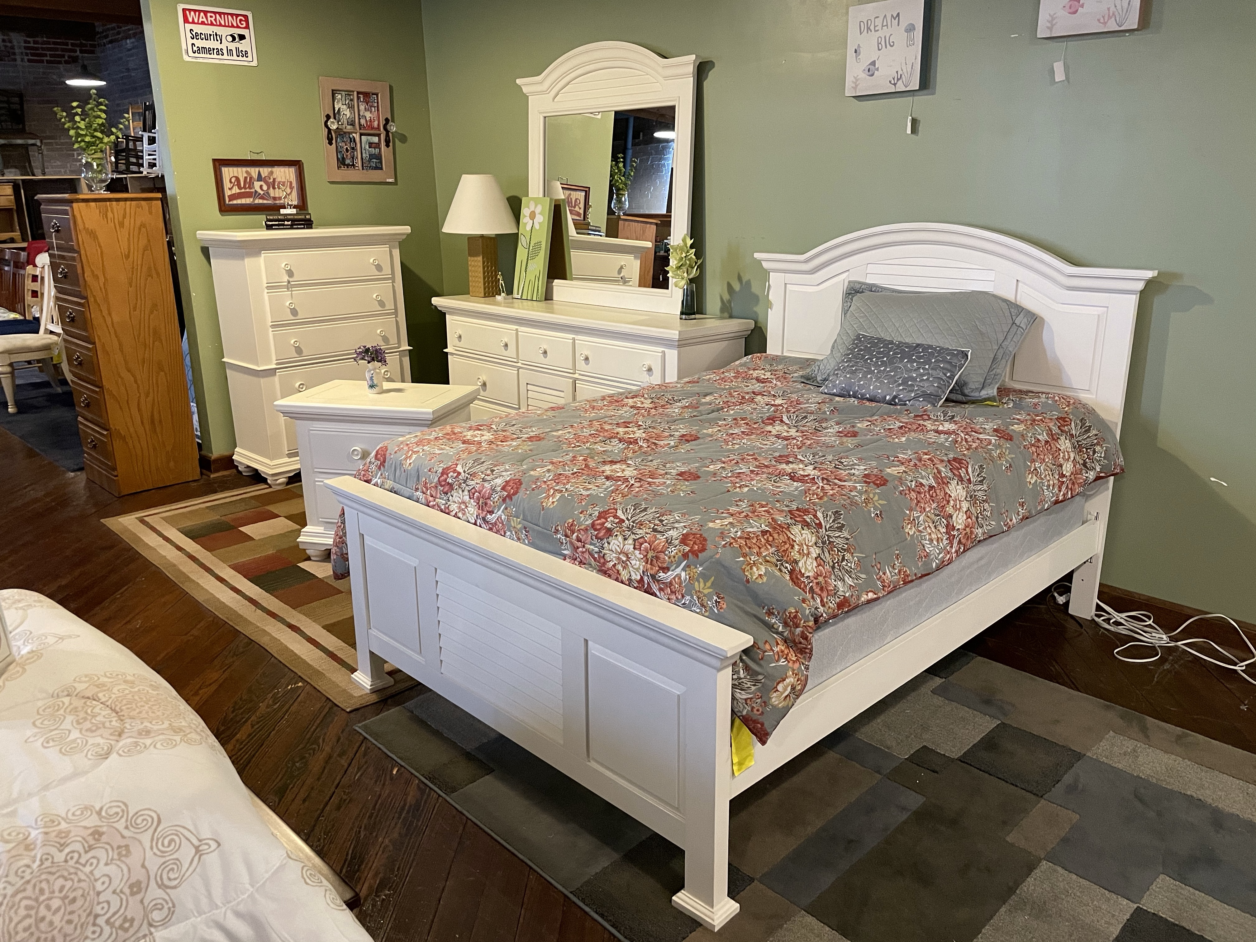 BROYHILL WHITE FULL BEDROOM SUITE