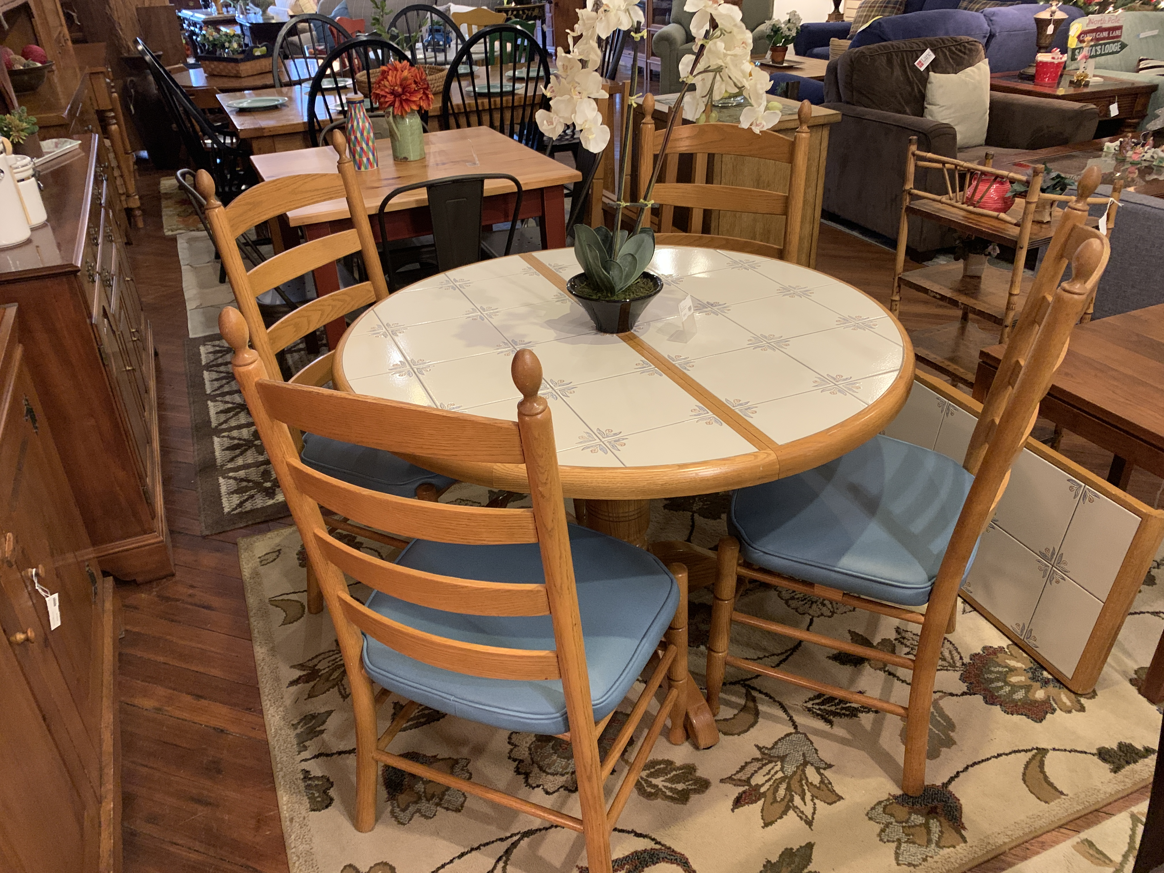ROUND OAK TILE TOP TABLE & 4 CHAIRS