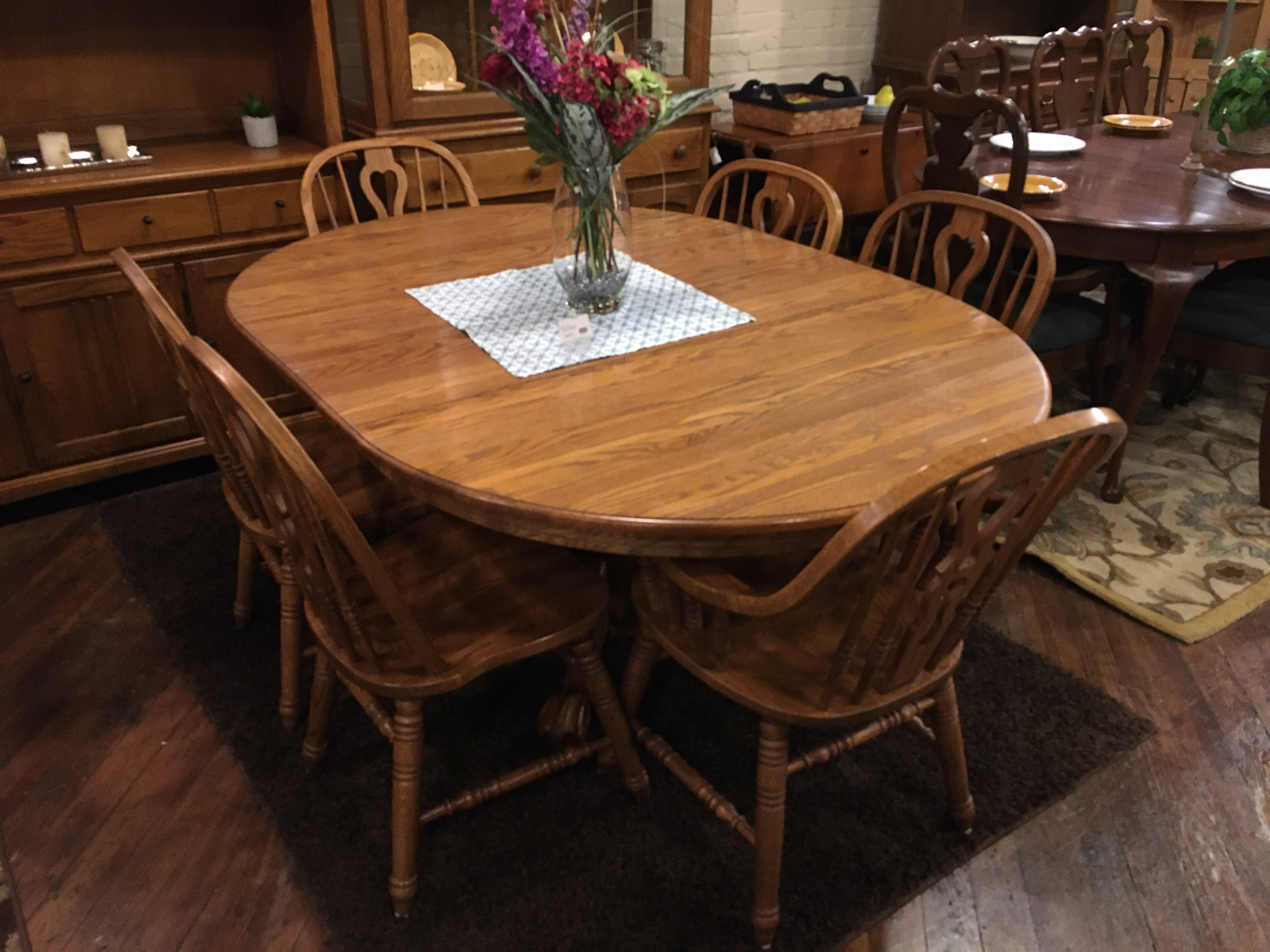 ROUND OAK TABLE & 6 CHAIRS