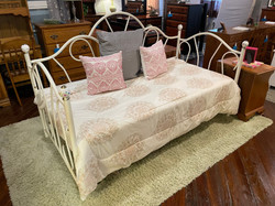 WHITE METAL TWIN DAY BED