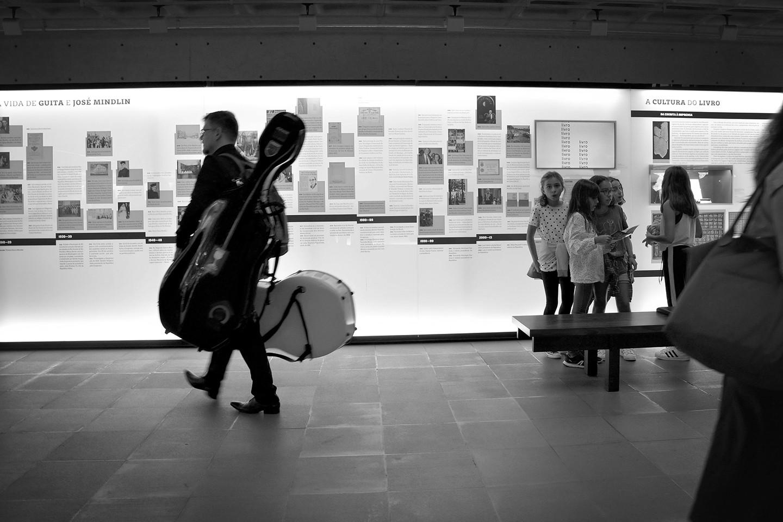 Saguão, músico e visitantes