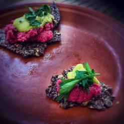 Beetroot hummus & crisp bread