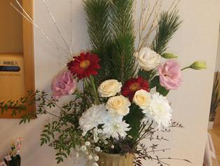 今日の花 バラ、トルコキキョウ、ガーベラ、松