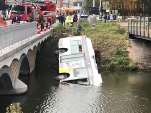 Autobus wpadł do kanału w Bruges : trzech podróżnych i kierowca byli w stanie opuścić pojazd(wideo)