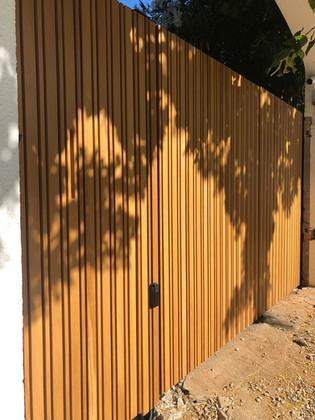 Puerta exterior de madera maciza, en colaboración con Construcciones Metálicas VillaCosta SA