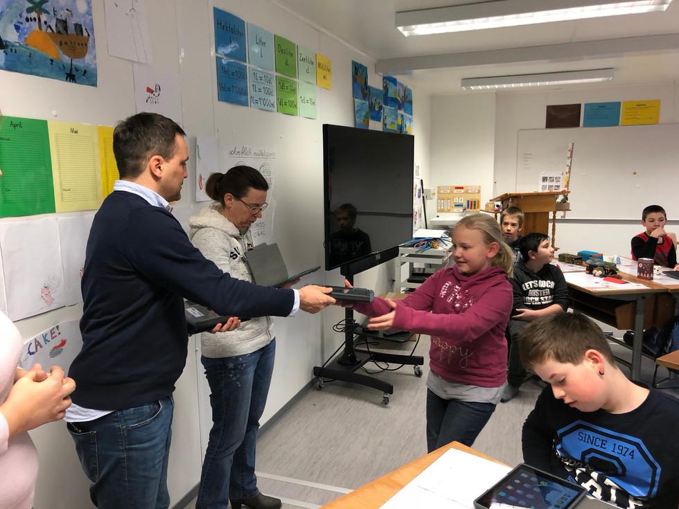 Abgabe Tablets an Schülerinnen und Schüler