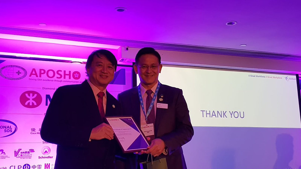 Below: (L-R) Er. Ho, the commissioner for Workplace Safety and Health at the Ministry of Manpower, Singapore & Dr. Vincent Ho, President of IOSH