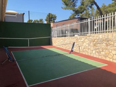 Le mur d'entrainement et terrain mini-tennis