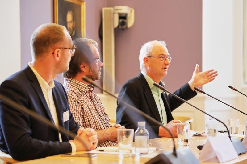 De tre indlægsholdere, ved høringen var (fra venstre): driftsøkonom Jens Toksvig Bjerre fra Agrovi, seniorforsker Jørgen Aagaard Axelsen fra Aarhus Universitet og Søren Ilsøe, næstformand for FRDK