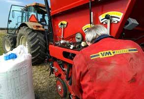 Orla Nielsen fra VM Seeder er ved at indstille såmaskinen før forårs-såningen ved Henrik Nielsen.