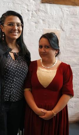 Ganadora Daniela Zaldumbide y Sofía Cabrera personificando a Matilde Hidalgo de Procel