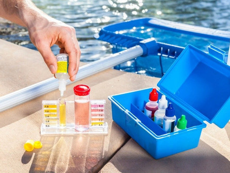 Testen van de pH van het zwembadwater