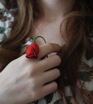 Rose rouge dans main femme