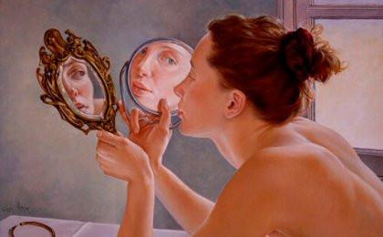 Jeune femme se regardant dans 2 miroirs