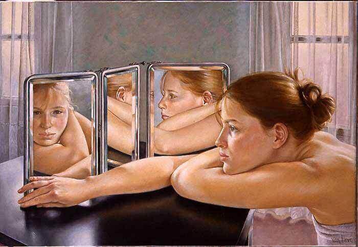 Jeune femme se regardant dans un miroir multiple