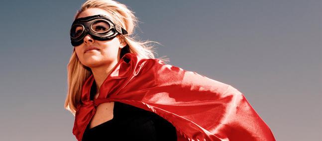 femme déguisée en superwoman