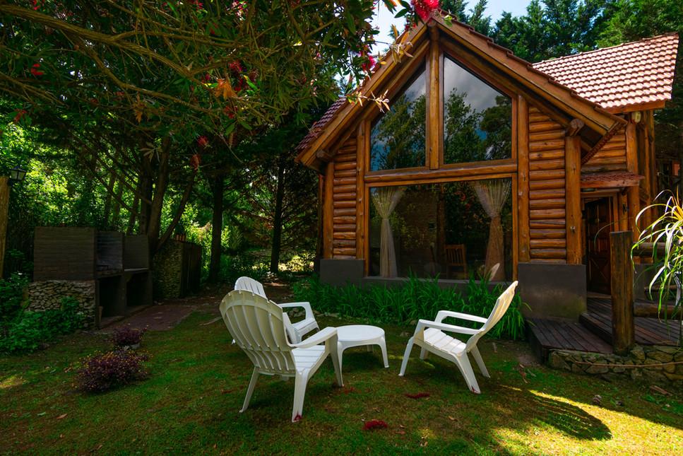 Cabaña 104. Parrillero y jardín.jpg