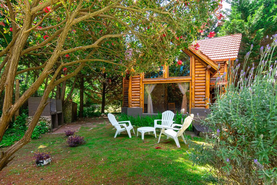 Cabaña 104. Parrillero y jardín-2.jpg