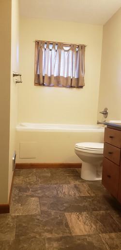 Main Floor Bathroom (2)
