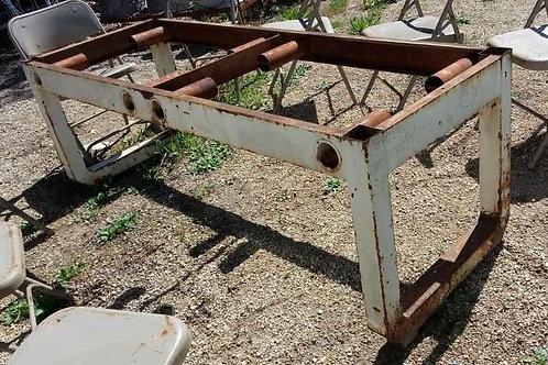 Ancien grand piètement industriel, table . A décaper peindre