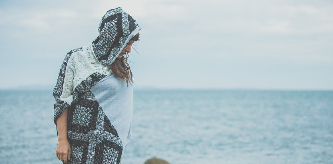 Femme poncho en tissu recupéré aux Îles-de-la-Madeleine, fait main, coop La Machine