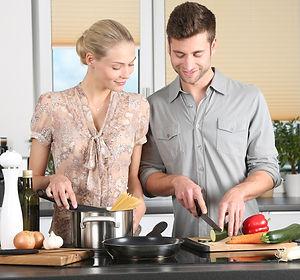 mulher e homem cozinhando.jpg