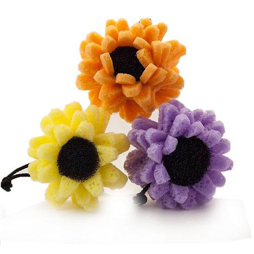 Eponges de massage et gommage en forme de fleurs jaune, orange et mauve