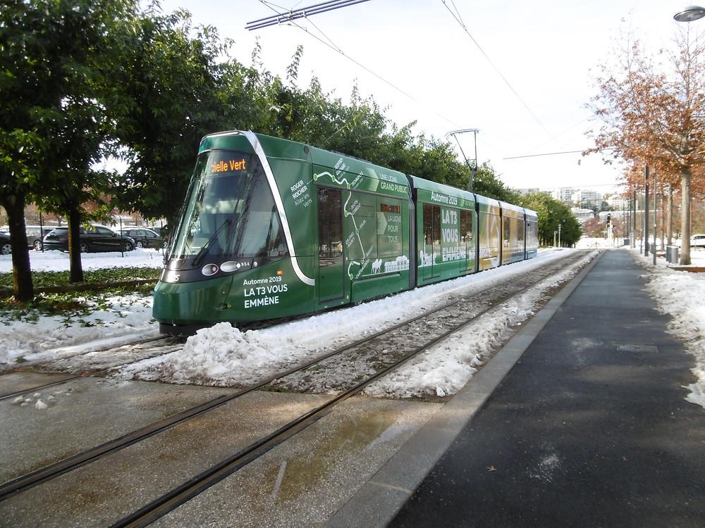 La rame 954, rame Officielle Verte lors de l'inauguration enneigée de la nouvelle ligne T3.
