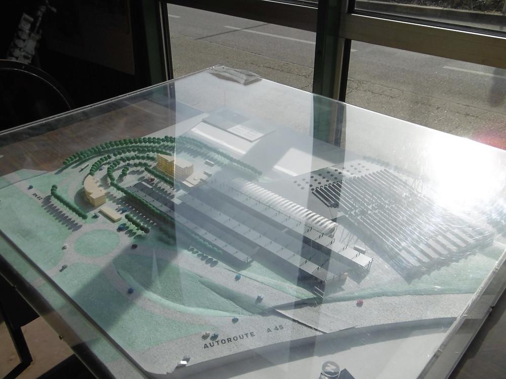 Maquette du projet de construction du dépôt exposée au Musée. A noter la présence de l'autoroute A 45.