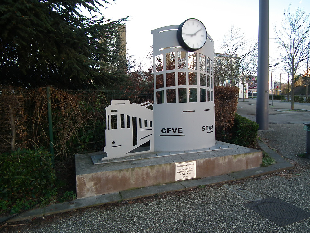 La stèle d'hommage érigée place Bellevue, en l'honneur des personnels C.F.V.E. et STAS qui y ont oeuvré pendant plus d'un siècle