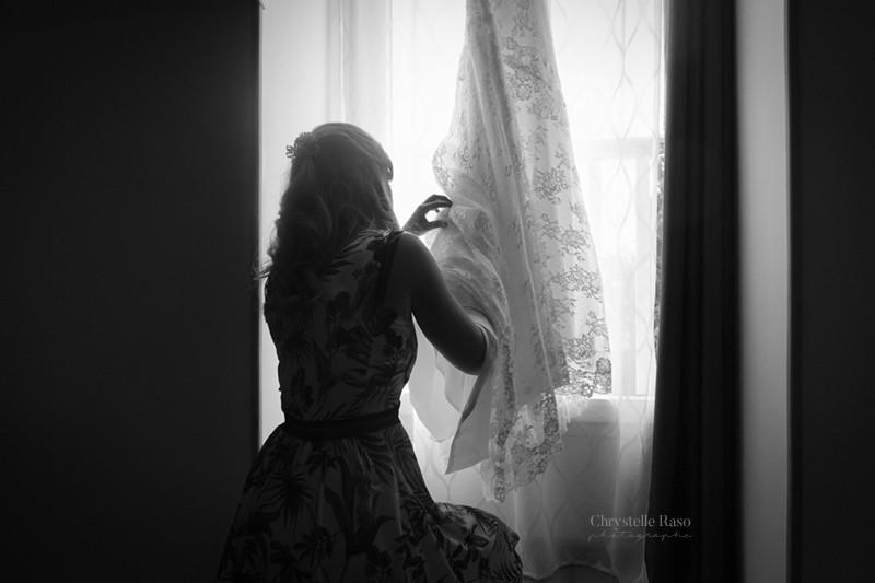 témoin préparant la robe de la mariée