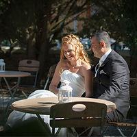 mariés à une table de restaurant