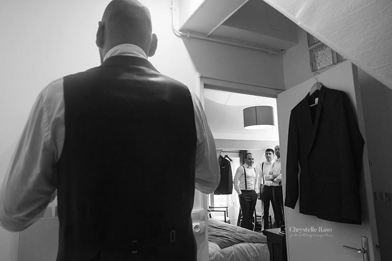 habillage du marié avec ses témoins