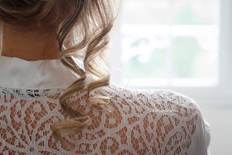 détail de la coiffure de la mariée