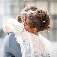 mariés s'enlaçant