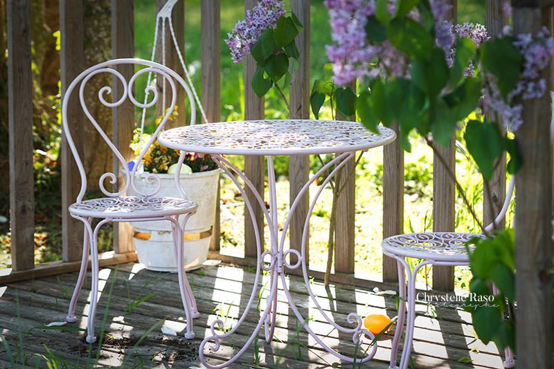 table de jardin et lilas
