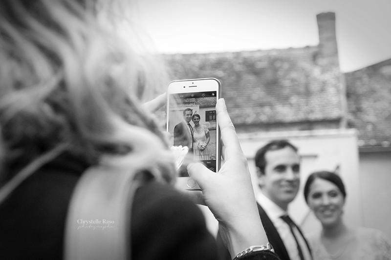 photographie de mariés en noir et blanc